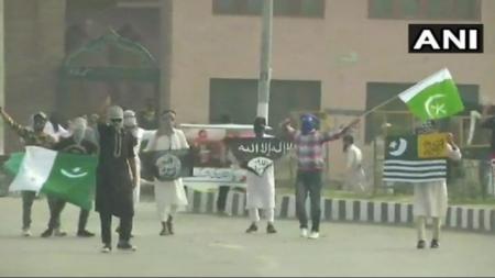 बकरीद के मौके पर आतंकियों ने की पुलिसकर्मी की हत्या, प्रदर्शनकारियों ने लहराये पाकिस्तान, ISIS के झंडे