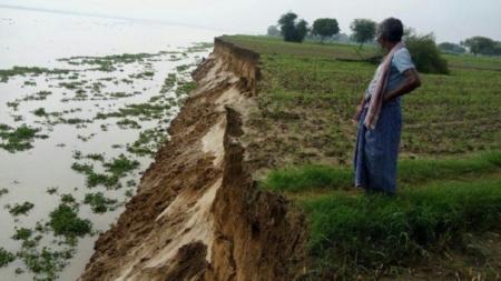 बाढ़ और कटान से प्रभावित लोग दर-दर भटकने को हैं मजबूर, योगी की मंत्री ने नहीं ली पीड़ितों की सुध