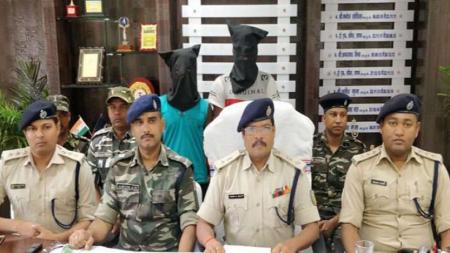 झारखंड: पुलिस ने दो कुख्यात माओवादियों को हथियार समेत किया गिरफ्तार