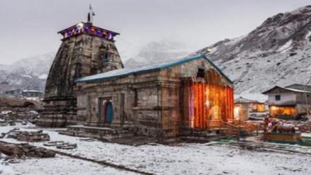 केदारनाथ धाम में शुरू हुई सीजन की पहली बर्फबारी, बारिश ने बढ़ाई ठंड