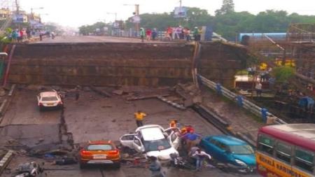 कोलकाता के माजेरहाट में बड़ा हादसा, गिरा 40 साल पुराना पुल गिरा, 1 की मौत 21 लोग घायल