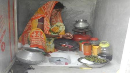सरकारी योजनाओं की खुली पोल, पेट भरने के लिए शौचालय में खाना बनाने को मजबूर हुए यहां के लोग